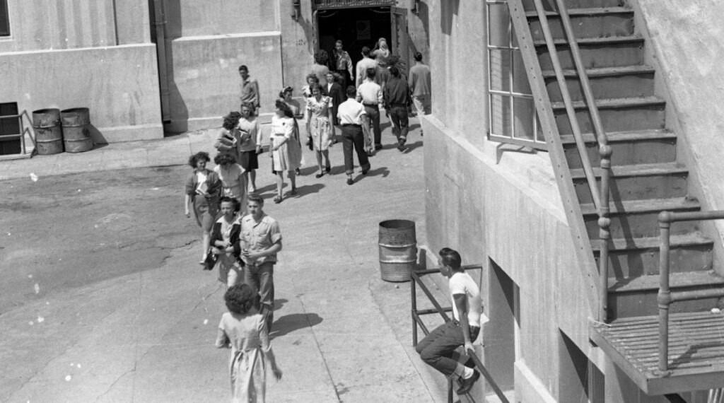 Foto: G. Garrigues (1947) Students going from one class to another between periods at Inglewood High School. Gedownload en bewerkt voor Leerbaas.app 15-07-2020 https://commons.wikimedia.org/wiki/File:Class_change_at_Inglewood_High_School,_California,_1947.jpg